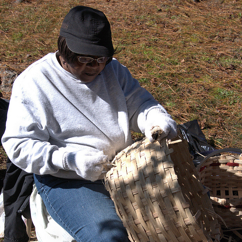 louise-brown-making-a-traditional-white-oak-basket-lost-art-photograph-copyright-brian-brown-vanishing-north-georgia-usa-2013