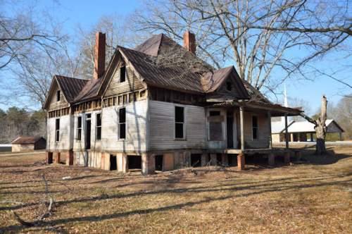 maysville-ga-abandoned-queen-anne-farmhouse-photograph-copyright-brian-brown-vanishing-north-georgia-usa-2017