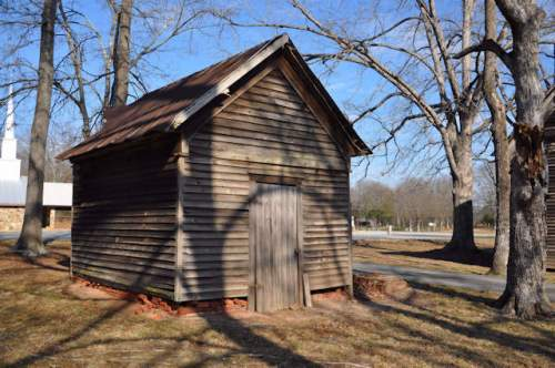 maysville-ga-farmhouse-dependency-smokehouse-photograph-copyright-brian-brown-vanishing-north-georgia-usa-2017